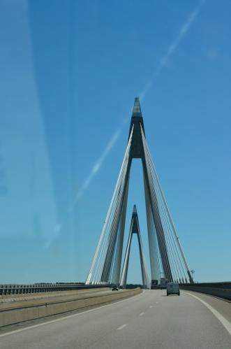 Po hodině jízdy potkáváme jedno z řídkých oživení – zajímavý most.