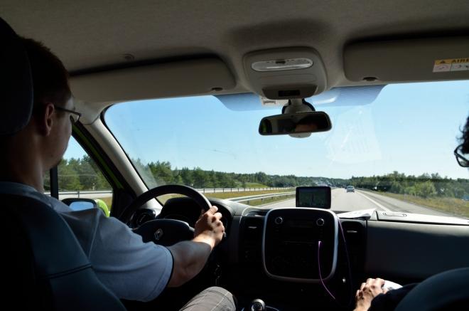Řidič Michal po třech hodinách jízdy. Dálnice rovná, na tachometru 110.