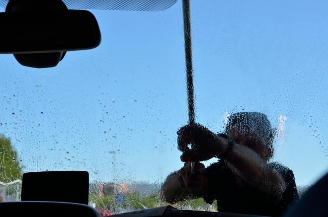 Mezitím se vystřídali řidiči. Je velká šance, že Honza, jenž zrovna myje přední sklo, tentokrát přejezd úžiny Øresund nezaspí, neboť právě on bude za volantem.