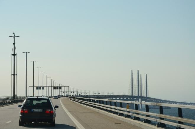V prvním dílu série jsme vám slíbili fotky z přejezdu Øresundské úžiny mezi Švédskem a Dánskem, zde je máte. Začínáme téměř osmikilometrovým mostem.