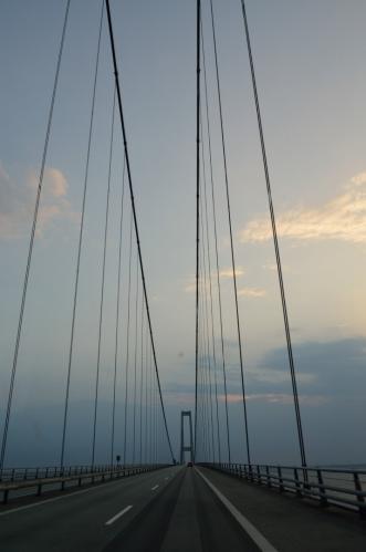 Soustava mostů vedoucí na ostrov Fyn se skládá ze tří částí. První částí je skoro sedmikilometrový nádherný visutý most…