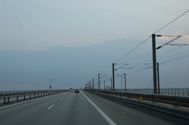 Třetí část soustavy představuje další most, který je skoro stejně dlouhý jako ten první, vzhledově však poněkud obyčejnější. Za průjezd celým komplexem jsme zaplatili poplatek ve výši 33 eur.