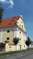 Vrchnostenská sýpka. O její stavbu se zasloužil biskup a kardinál Wolfgang Hannibal ze Schrattenbachu. Fasádu mohutného dvoupatrového objektu člení řady okenních os a pilastry.