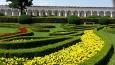 244 metrů dlouhá kolonáda byla postavena v druhé polovině 17. století. Ve výklencích kolonády je umístěno celkem 44 soch představující především řecká a římská božstva. Uprostřed kolonády dříve býval vchod do zahrad. Z ochozu kolonády se nabízí krásné pohledy do zahrad. (Wikipedie)