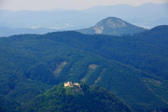 Považský hrad patřil koncem 13. století králi, ale téměř celé 15. století na něm sídlily zbojnické rody, které loupily po okolí. Požár roku 1543 přinutil majitele ke generální opravě a tou dobou byl postaven v dolní části zámeček. Koncem 17. století se zde usídlili Thököliho přívrženci a hrad musel být v roce 1684 dobyt císařskými vojsky a Leopold I. jej nechal zbourat. (Wikipedie)