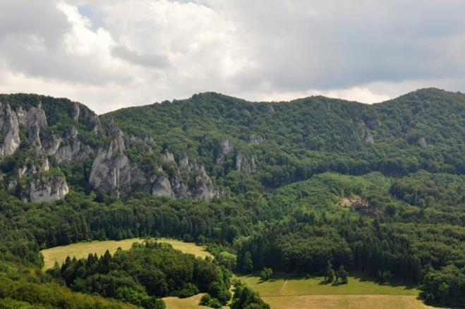 Skály uzavírají podkovu kolem obce Sulov.