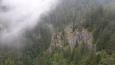 Kvačianskou dolinu značená stezka neprochází. Vine se svahem starou cestou, z níž je několik vyhlídek do zamlžených údolí.