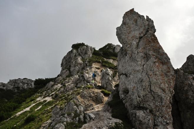 Stezka vede stále mezi podobnými skalami a je jedinečnm zážitkem.
