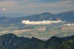 Zalesněné ostré vrcholky jsou bezpečným úkrytem velkých šelem - vlků, rysů a medvědů. Vzadu Roháče - Sivý vrch.