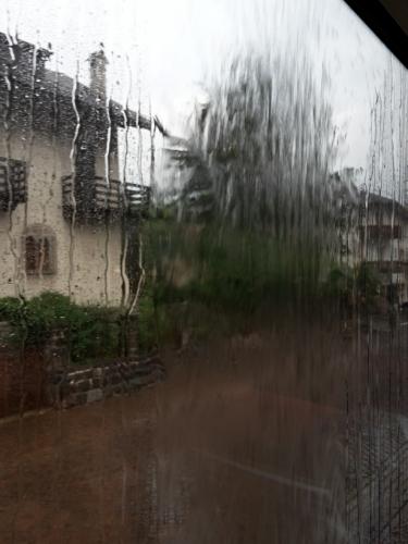 Tento den nezačíná optimisticky. Ale je dobře, že nás déšť odežene od lanovky včas. Co bychom nahoře v mlze a slotě hledali?