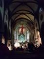 Úkryt poskytne prostorný kostel, kde u oltáře ruší absolutní klid pouze monotónní pohyb hodinového kyvadla.