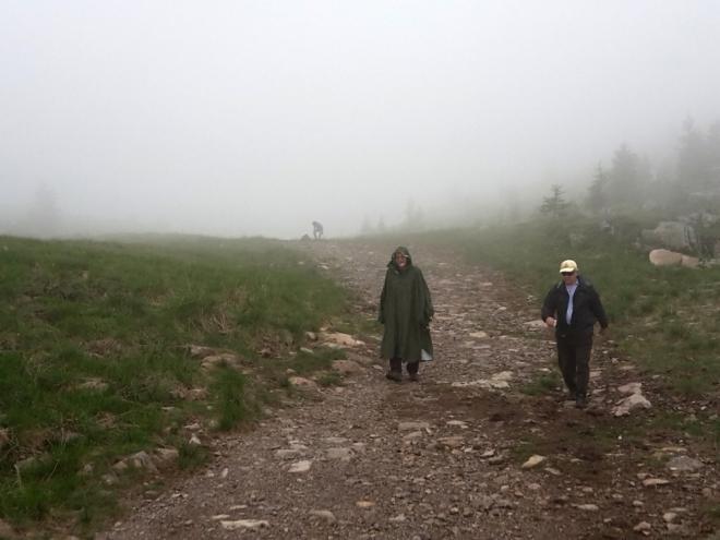 Z hor nás žene déšť doprovázený hromy a blesky.