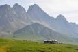 Kontrast travnatých svahů s vysokými horami, které zde atakují svojí výškou tři tisícovou hranici, je dokonalý.