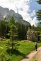 Vlevo od nás se do výše tyčí Tora de Valacia (2 328 m n. m.).