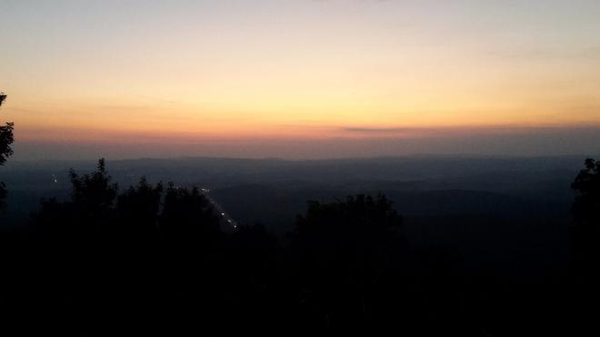 Světla dálnic se rozsvítila hned poté, co se slunce skutálelo za hřeben pohraničních hor.