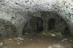 Ohromné sklepní prostory připomínají velkou jeskyni. I chlad je v nich podobný.
