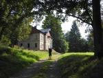 Lovecký zámeček Ostrůvek z 19. století postavený rodem Windischgrätzů. V romanticky upraveném přilehlém parku bylo zřízeno několik rybníčků, dřevěná kaple a hájovna. V současné době je v soukromém vlastnictví v rekonstrukci.