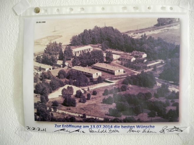 Dar sousedů k otevření muzea ukazuje jak blízko byly nepřátelské západní imperialistické jednotky! Datováno 18. 8. 1988.