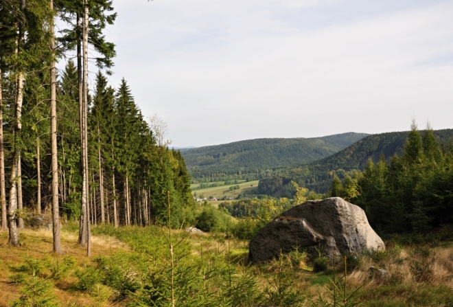 Vlevo Lhotecký Šefel (693 m n. m.).