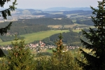 Krásná vyhlídka leží na stolové hoře Bor pod Bledými skalami a jsou z ní nádherné výhledy na Broumovské a Polické stěny, Machov a Polici nad Metují.
