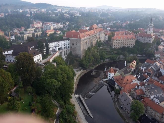 Malebný zámek a hrad patří spolu s městským jádrem mezi památky světového dědictví UNESCO. Je jedním z nejvýznamnějších a nejrozsáhlejších areálů v Evropě. Tvoří ho 40 budov a palácových staveb, 5 nádvoří a rozlehlá zámecká zahrada. Hrad vznikl v 1. polovině 13. století. Typickou podobu vtiskla zámku renesance, ačkoliv byl později upraven i v duchu baroka. Pro prohlídku zámeckého komplexu si můžete vybrat dvě trasy, které vás seznámí se způsobem života šlechty v jednotlivých historických obdobích. Prohlídka exteriéru areálu vás seznamí s působivou architekturou a se vzácnými freskami na fasádách budov pěti zámeckých nádvoří. Kolem zámku se rozkládá barokní zahrada s francouzskou a anglickou úpravou. Určitě si také nenechte ujít světově proslulé zámecké barokní divadlo, které je vybaveno originálními dekoracemi. (Wikipedie)
