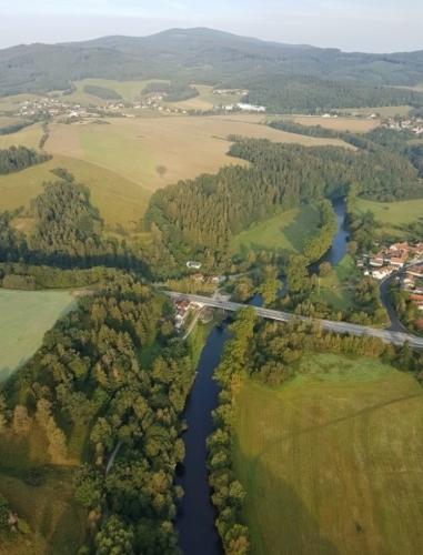 Most u Rájova, vlebo vzadu Srnín a Jiříčkův vrch.