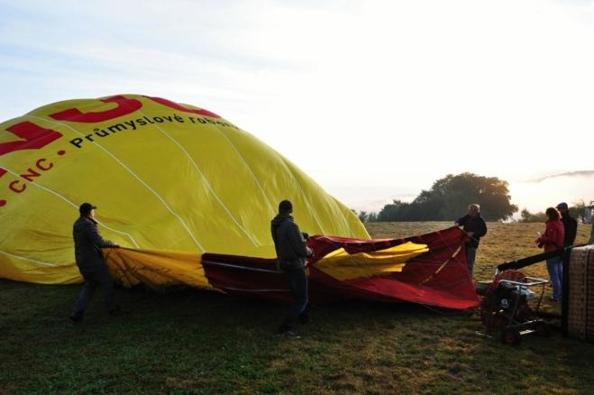 Nafukování balónu.