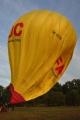 Teprve po zapálení hořáku se začíná balón formovat.