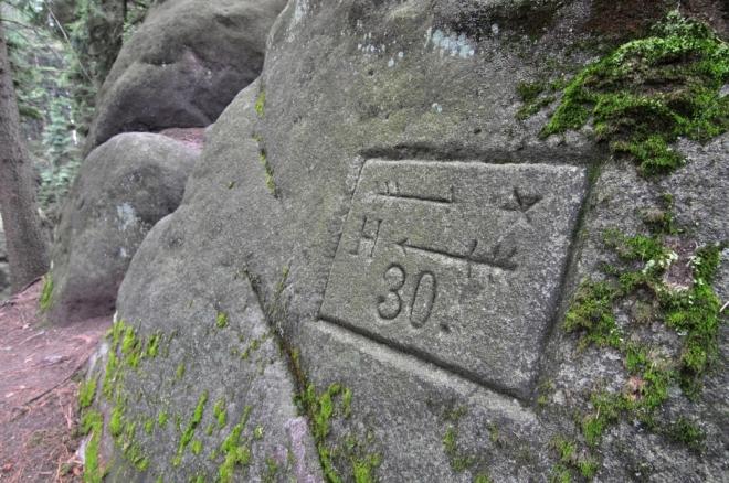 Stezku k Hvězdě označují dobové značky vyryté v kameni, které zde zůstaly po benediktínech z Broumovského kláštera.