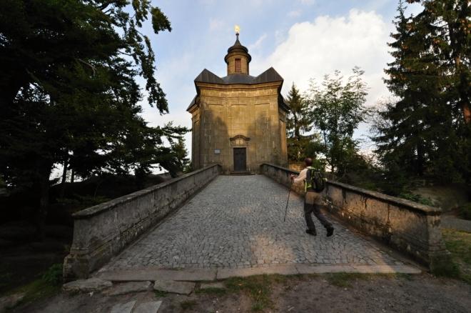Kaple na Hvězdě se nachází v nadmořské výšce 671 m n. m. Patří k nejnavštěvovanějším turistickým cílům na Broumovsku a je důležitou křižovatkou turistických cest. Barokní kamenná Kaple Panny Marie Sněžné byla vystavěna v r. 1733 a má tvar pěticípé hvězdy.
