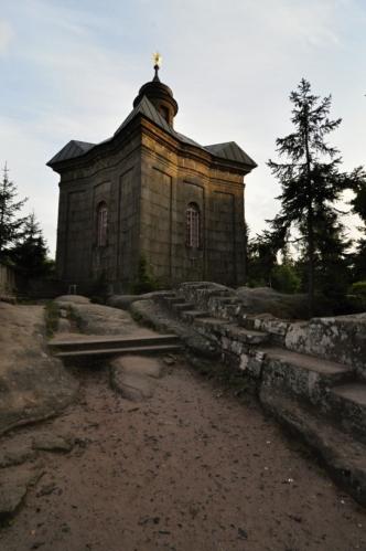 V roce 1670 v severní části Broumovských stěn byl pro účely pocestných vztyčen dřevěný kříž, na kterém byla připevněna pozlacená hvězda. Lidé, kteří přecházeli hřeben tzv. Polické hory, se zde začali orientovat podle zdaleka viditelné pozlacené hvězdy. Kořeny pojmenování tohoto místa tedy sahají až do těchto dob. (dle Wikipedie)