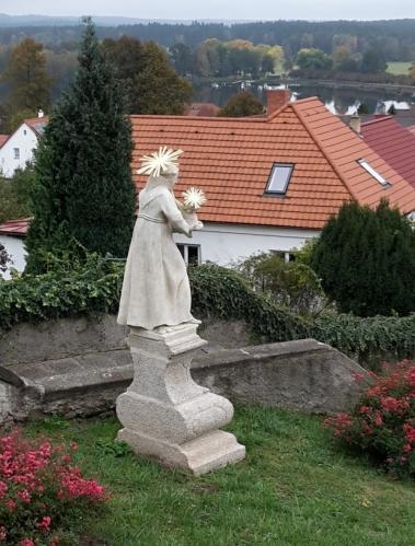Některé sochy jsou po renovaci.
