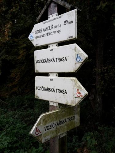 Když jsem pohlédl na www.mapy.cz, nevěděl jsem, co znamená růžové značení. A hle, ony jsou to stezky pro vozíčkáře. Nedaleká lázeňská Třeboň v tom má jistě prsty.