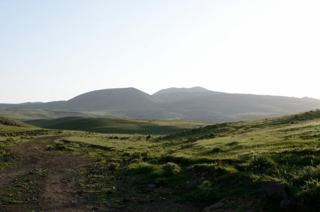 Na nějakou dobu jeden z posledních výhledů na Aždahak, jenž je teď vzdálen asi osm kilometrů. Brzy nám ho zakryjí kopce po levé straně.
