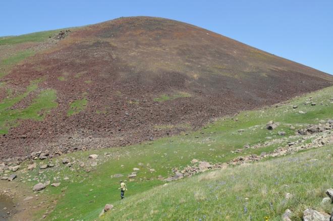 Přilehlý svah hory Učtepe pokrývají tuny hnědobarevné suti. Po tomto svahu se asi šplhat nebudeme.