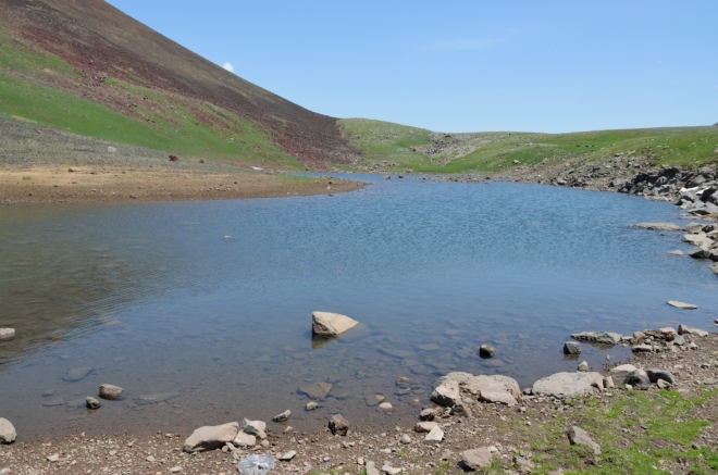 Voda v jezeře je čistá a docela teplá ...
