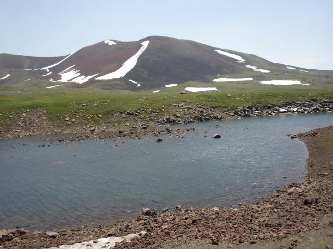 Aždahak je v podstatě dvojvrchol propojený stovky metrů dlouhým sedlem. Teď se díváme na jižnější z obou vrcholů, jenž je o něco nižší.