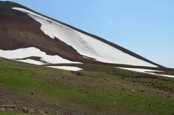 Menší sněhová závěj na svazích Aždahaku