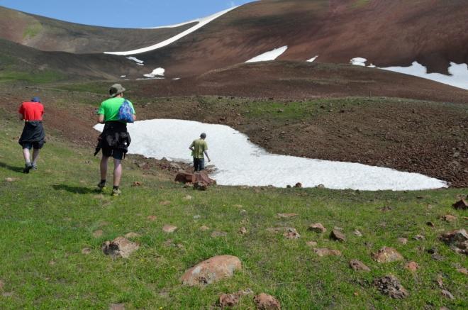 Batohy jsme hodili kamsi mezi kameny, v tomto nepřehledném terénu nám je nikdo neukradne. Jak se k Aždahaku blížíme, hora nabírá na mohutnosti.