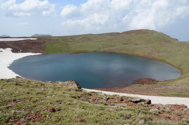 Cíl dosažen. Ve vrcholovém kráteru se nachází takovéto krásné jezírko.