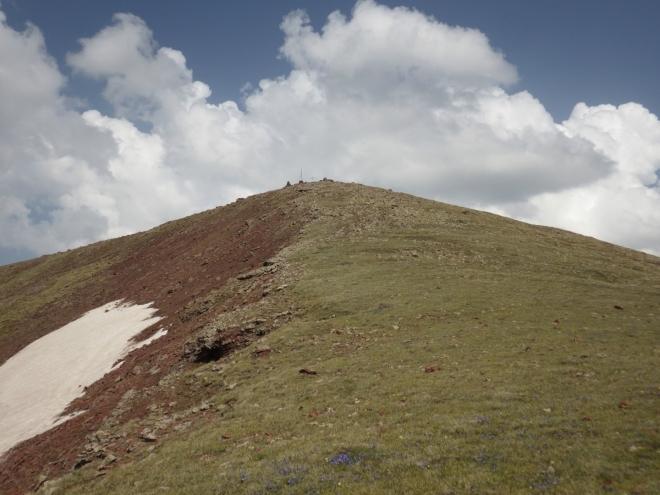 Samotný vrchol Aždahaku se pak nachází opodál.