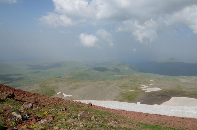 Pohled na východní část Gegham, jejichž svahy zde zvolna klesají až k dvacet kilometrů vzdálenému jezeru Sevan.