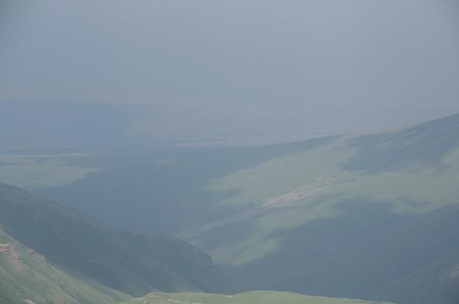 K Sevanu však v tomto oparu sotva dohlédneme. Zvažovali jsme, zda u něj tento horský výlet nezakončíme, ale spíše jej prozatím oželíme, vzhledem ke vzdálenosti a lehkému podcenění zásob jídla.