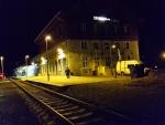 Večer nádraží zcela ztichlo, ale ani přes den se zde žádné návaly nekonaly. Z vlaků vystoupilo vždy jen pár lidí.