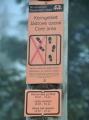 Toto jsou cedulky, které přímo vybízí k turistice i mimo značené stezky. I proto se v NP Bavorský les chodí častěji pěšky, kdežto v NP Šumava se sviští na kolech. Není se co divit, když na turisty u nás na Šumavě zbyly pouze dokonale vyasfaltované cesty, kde se střetávají chodci se závodícími bikery. Že lesem vede dávná cesta, stezka či pěšinka? Zapomeň turisto, ta se nechá zarůst, pokud ji již polomy před lety stejně nezničily. Tam nesmíš, rušil bys tetřeva. Sedni na kolo nebo sem v létě radši vůbec nelez! Jako pěšák přijdeš snadno k úrazu... Toto je dnes logika NP Šumava, podporovaná Hnutím Duha a dalšími tzv. ochránci přírody, kteří si z krajiny Šumavy udělali dojnou krávu. Peší turista je zde na obtíž. Proto necítím sebemenší výčitku svědomí, když projdu lesem s označení zákazu vstupu. Nikomu neublížím, nic nevyplaším, pranic nezničím. Nic se nemá přehánět a na Šumavě to kdosi přehnal cíleně.