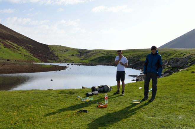 Kvůli zimě si polovina výpravy na svou první horskou koupel ještě počká. Spoléháme se na velké jezero na severu.