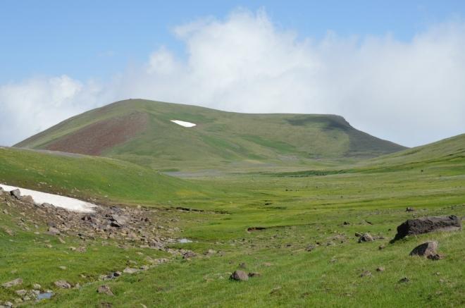 V pozadí hora Agudag vysoká 3336 metrů, kterou budeme obcházet zleva. Mraky objevující se nad horou v nás vzbuzují lehké obavy.