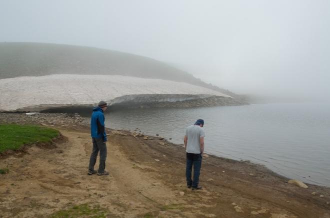 V jednu se konečně dostáváme k vytouženému jezeru; jak vidíte, radostí zrovna nejásáme. Rozbahněný břeh k obědu moc neláká...
