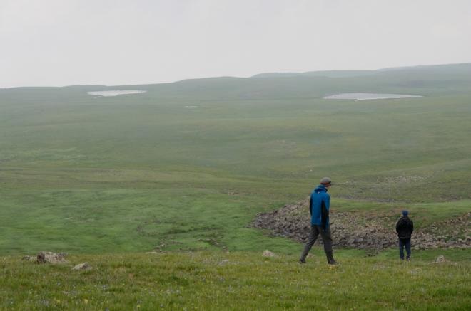 Zahazujeme batohy a trochu se rozhlížíme. Před námi se rozkládá velká planina s jezery a tábory pastevců.