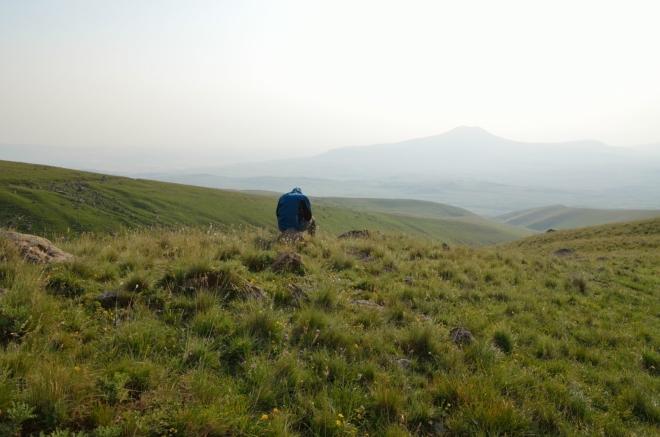 V sedm hodin jsme místo k táboření našli. Bude odtud hezký výhled na západ slunce, v dálce vidíme i Sevaberd. V pozadí vrchol Atis (2529 m).